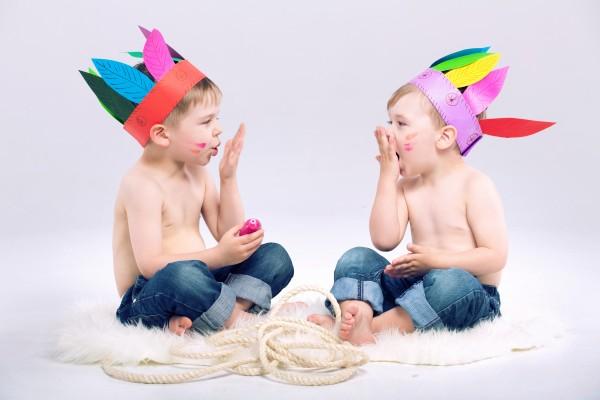 Copii cu palarii amuzante de indieni